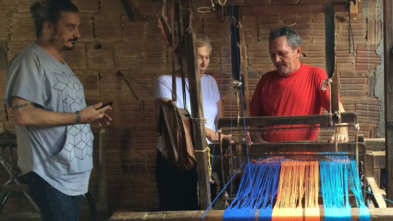 The designer followed all stages: from the warp (start of yarn preparation for the fabric) to the final finish in the homes of craftsmen (production of fringes, Mamucabas, knits, etc.).